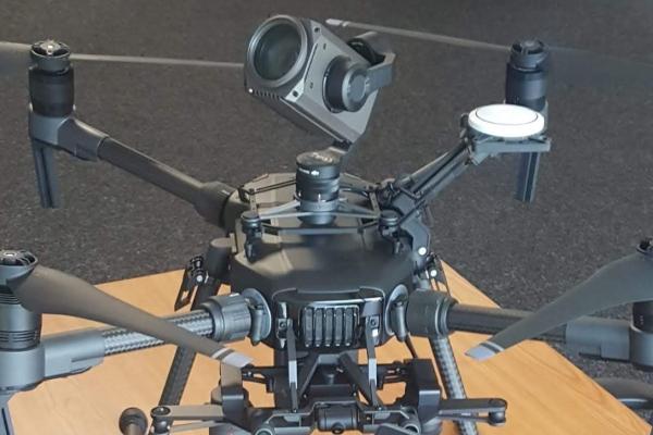 drone camera bovenop onderkant objecten brug kunstwerk inspectie