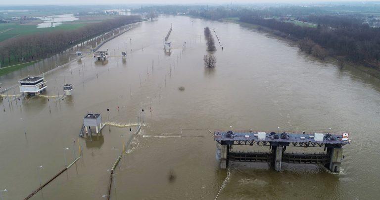 aeret luchtfoto drone rijkswaterstaat hoge waterstand 2020 limburg sluis belfeld