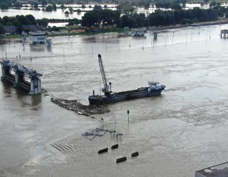 hoogwater drone limburg luchtfoto hoge waterstand rivier maas 2021